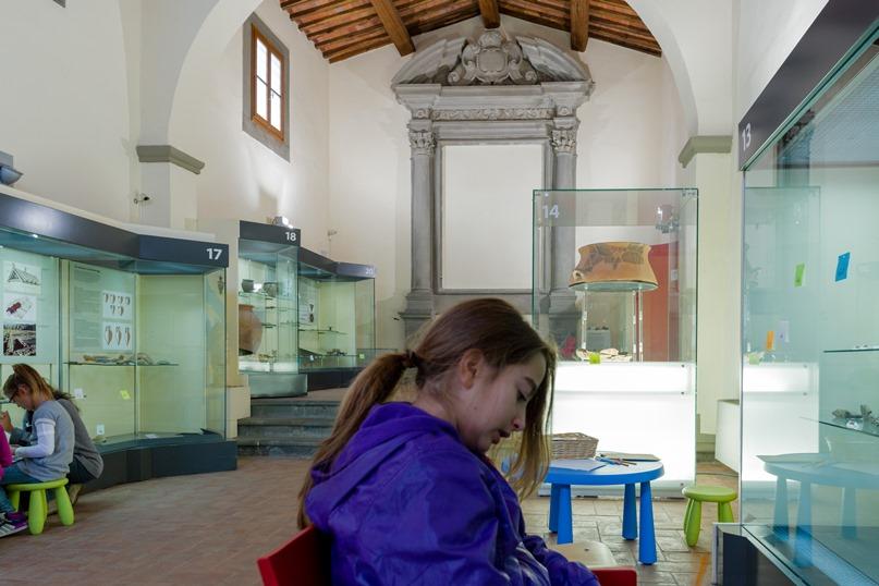 bambina in un laboratorio-museo