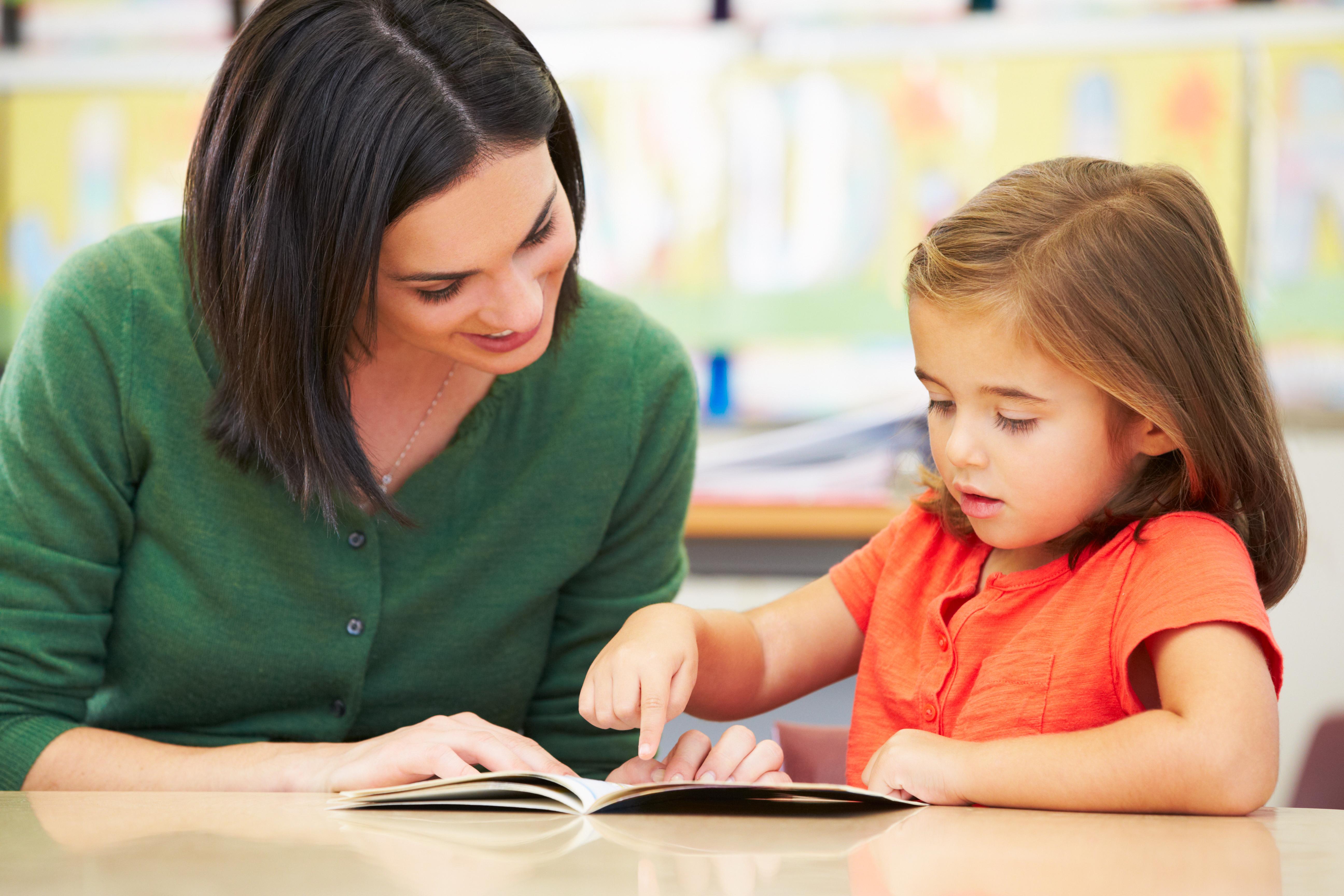 insegnante con bambina